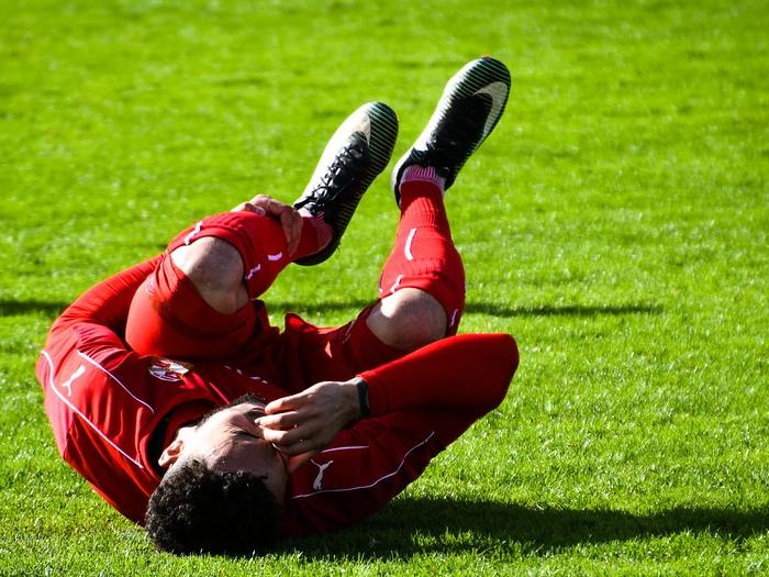Proteja o joelho quando for jogar futebol