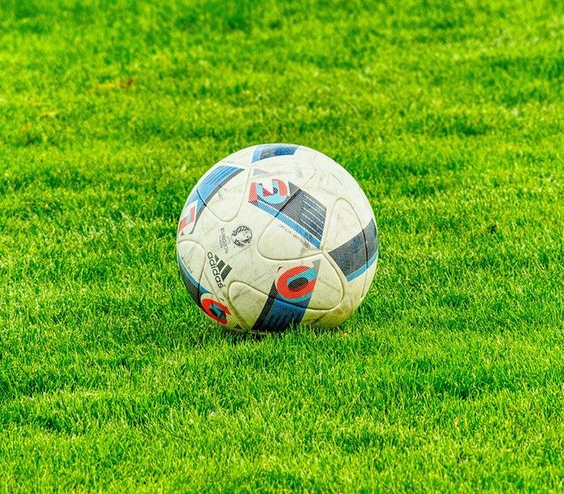Que tipo de atividade física você recomenda para quem gosta de jogar futebol nos fins de semana