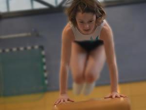Estou pensando em matricular minha filha de 10 anos na academia, ela está bem gordinha. Essa idade é recomendável?