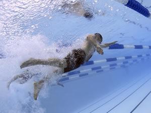 A prática da natação pode me dar mais fôlego para correr?