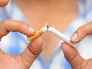Saiba como o cigarro acelera o envelhecimento da pele e favorece o aparecimento de rugas e flacidez