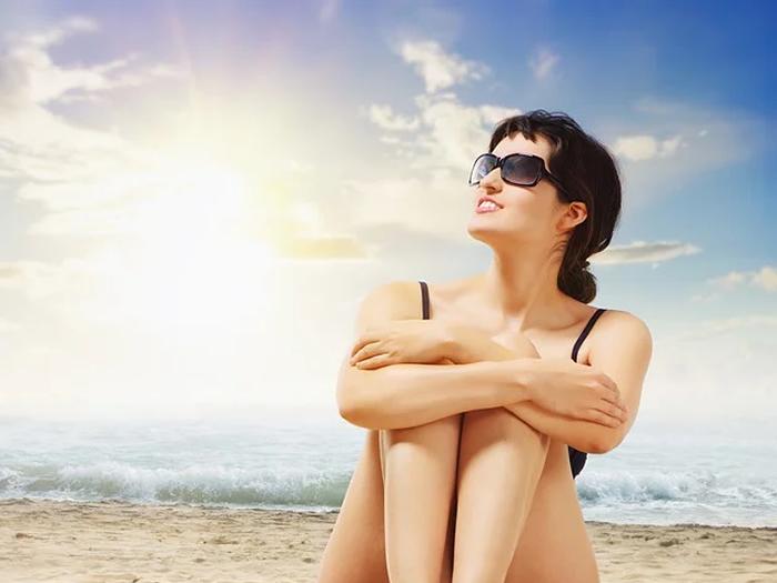 Apenas a proteção do guarda-sol não é suficiente para proteger dos raios UV