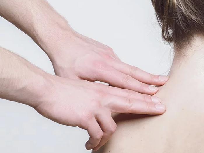 Hidratar pele após os 50 reduz inflamação e risco de doença cardiovascular e Alzheimer, diz estudo