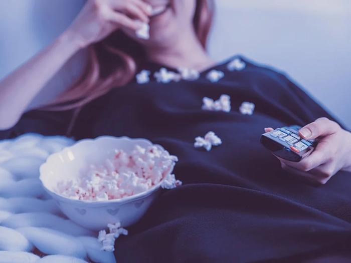 Cuidados na quarentena: assistir TV demais é um fator de risco para trombose. Exercite-se em casa