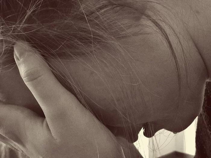 Estresse pode causar problemas de pele, no cabelo e nas unhas, além de envelhecimento precoce